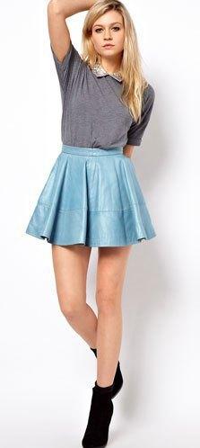 Голубая кожаная юбка.