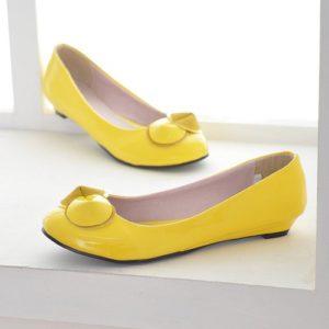 Практично и стильно: жёлтые туфли без каблука