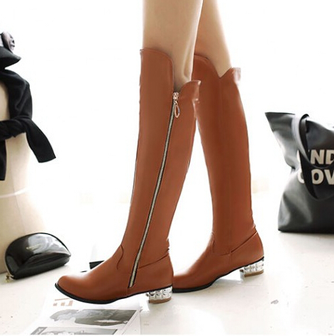 Коричневые сапожки слегка круглым носком и на среднем каблуке