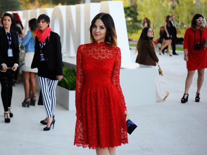 Как носить красное кружевное платье