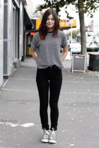 Чёрные джинсы и тельняшка