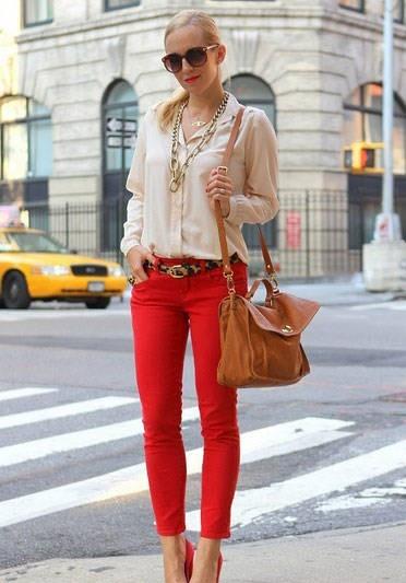 Какой оттенок красного выбрать при покупке брюк?