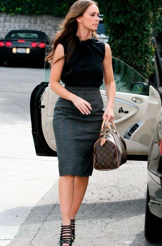 Серая юбка и черная блузка