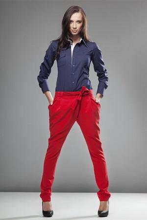Советы, с чем носить красные брюки