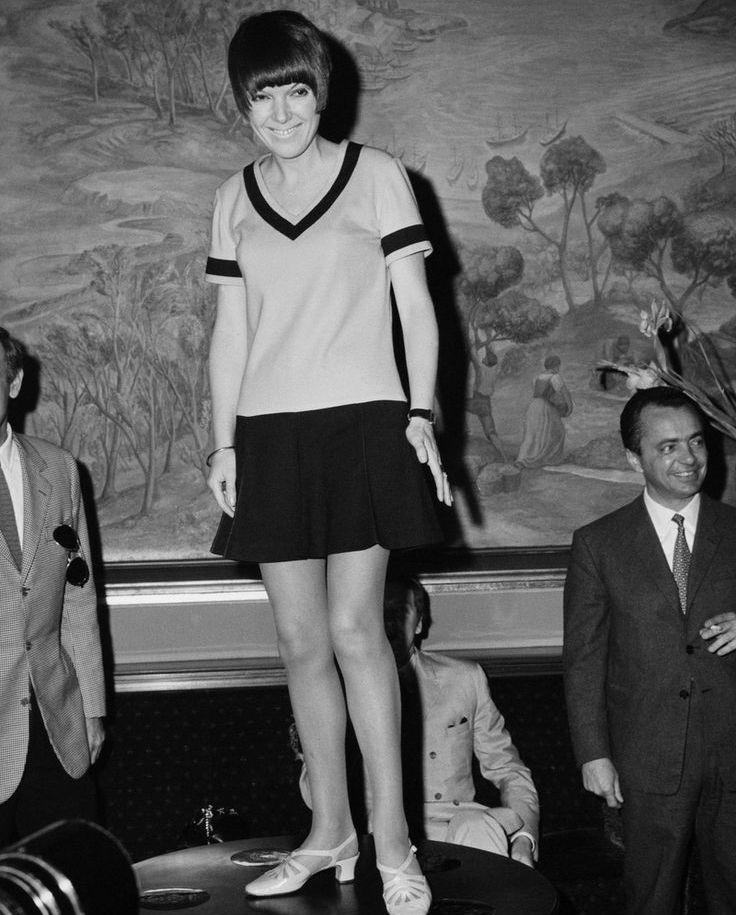Когда появилась мини юбка