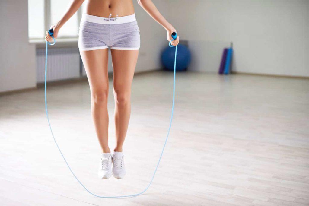 Занятия со скакалкой для стройных ног